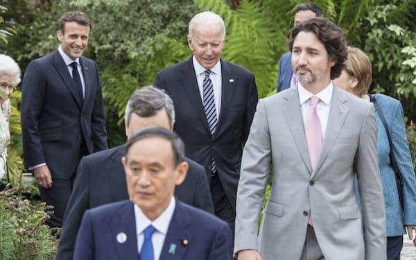 G7サミットの関連レセプションに臨む菅首相(11日、英コーンウォール)=ロイター