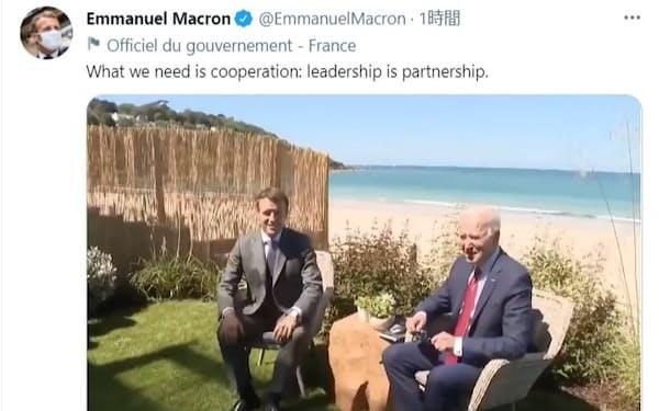 マクロン仏大統領(左)とバイデン米大統領の会談は波の音が聞こえるほど海に近い=マクロン氏のツイッターから