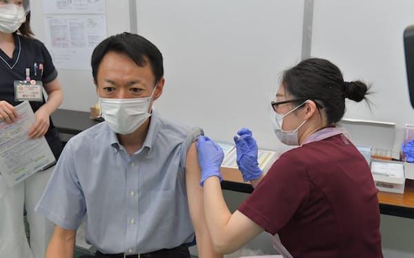 五輪で警備にあたる県警職員らにワクチンを接種した(13日、茨城県庁の福利厚生棟)