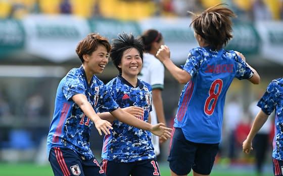 後半、チーム2点目を決めて喜ぶ田中(左)。クロスを上げた岩渕(8番)らと喜ぶ=淡嶋健人撮影
