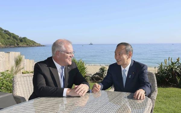 会談する菅首相(右)とオーストラリアのモリソン首相=13日、英コーンウォール(内閣広報室提供・共同)