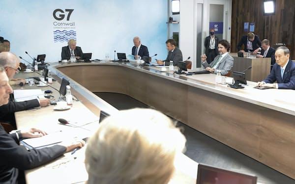 G7サミットで3日目の討議に臨む菅首相(右端)ら各国首脳。奥左は議長国のジョンソン英首相(13日、英コーンウォール)=ロイター