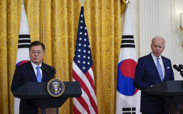21日、ホワイトハウスで記者会見をする韓国の文在寅大統領(左)とバイデン米大統領=ワシントン(AP=共同)