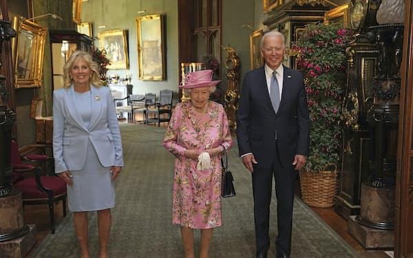 エリザベス女王(中)と面会したバイデン米大統領夫妻(13日、ロンドン郊外)=AP