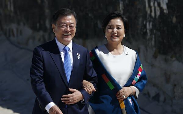 韓国の文在寅(ムン・ジェイン)大統領(左)