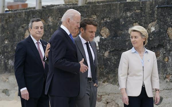 主要7カ国首脳会議で立ち話するバイデン米大統領(左から2番目)と欧州の首脳ら(11日、英国)=AP