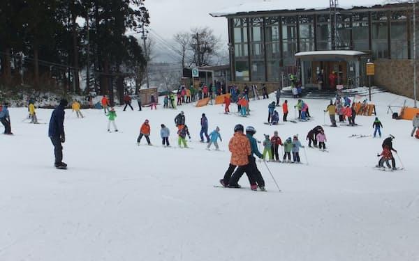 今冬に向け、リフトを刷新する(山形市の蔵王温泉スキー場)