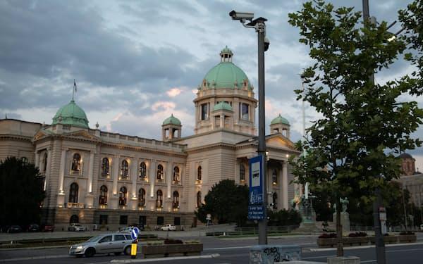 セルビアの首都ベオグラードの国会議事堂前に設置された監視カメラ=ロイター