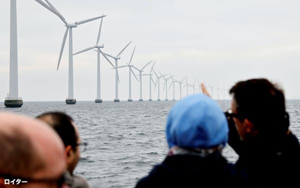 世界的に再生可能エネルギーへの投資が急増しているが、原材料などでボトルネックが生じており、それを早急に解決しなければ温暖化ガス排出削減目標の達成は難しくなるという=ロイター