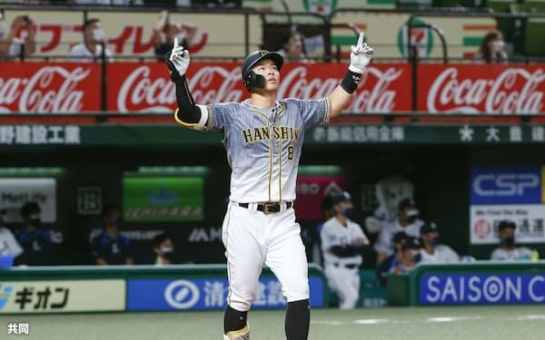 5月28日、西武戦の9回にこの試合3本塁打目となる3ランを放った佐藤輝=共同
