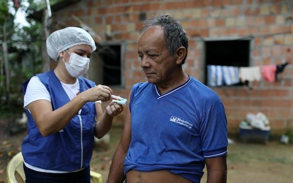 ブラジル・マナウスでのワクチン接種の様子(5月)=ロイター