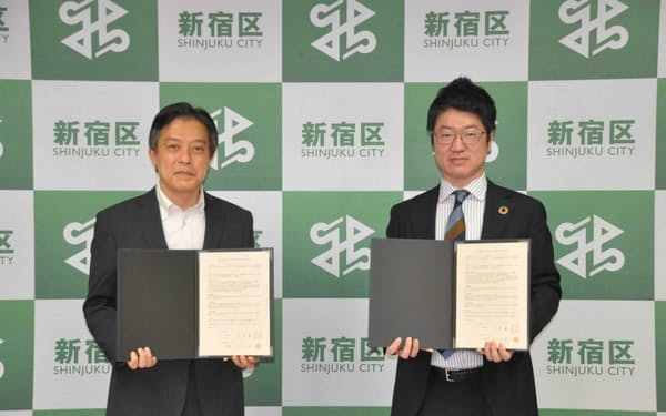 新宿区の吉住健一区長㊧は、エナーバンク(東京・中央)と企業の再エネ電力導入促進に関する協定を締結した(5日)