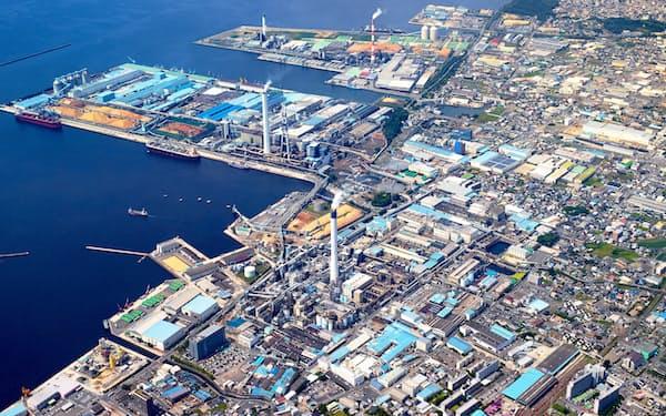 愛媛県四国中央市の臨海部に広がる大王製紙の生産拠点と関連産業