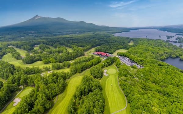 北海道カントリークラブは景勝地として知られる大沼地区にある