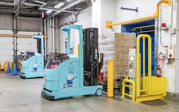 三菱重工と三菱ロジスネクストは低温の倉庫内で作業できる無人フォークリフトを開発した