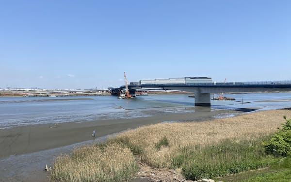 連絡橋の周辺に広がる干潟は自然の宝庫