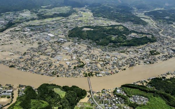 豪雨の影響で球磨川が氾濫し、水に漬かった熊本県人吉市の市街地=2020年7月