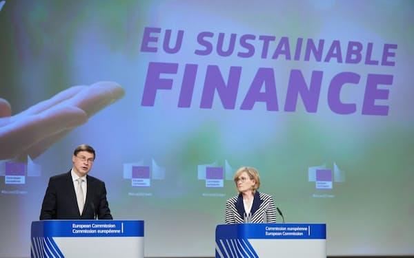 EUの欧州委員会副委員長のバルディス・ドンブロウスキス氏(左)と欧州委員のマリード・マクギネス氏(右)。EU委任規則の草案が合意された2021年4月21日の記者会見に登壇した(出所:EC - Audiovisual Service)
