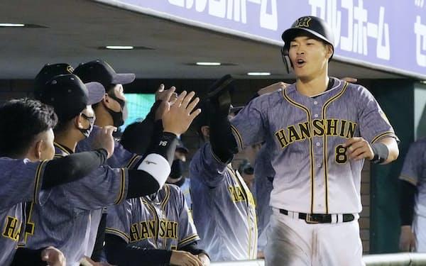 交流戦で快調だった阪神はルーキー佐藤輝ら若手の活躍が光った=共同