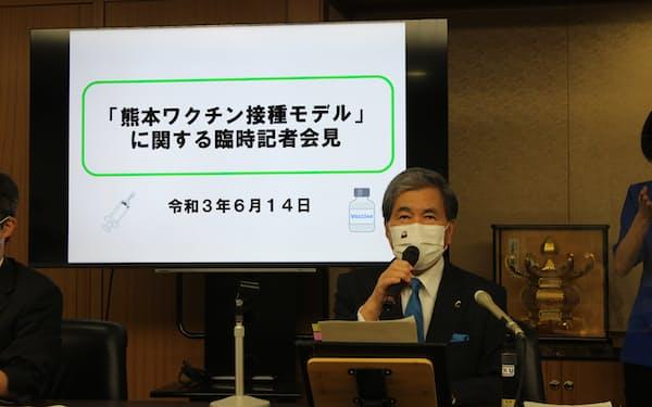 記者会見する熊本県の蒲島知事(14日、県庁)
