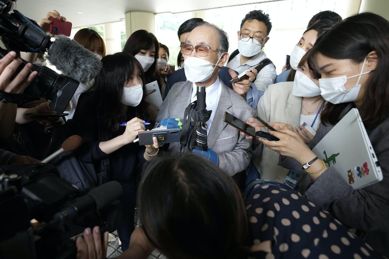 ソウル中央地裁で記者団の取材に応じる原告側(7日)=AP