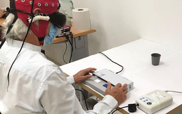 光遺伝学による治療を受けて実験に参加する患者の男性(ネイチャー・メディシン誌掲載の画像)