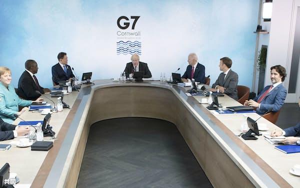 G7サミットで討議に臨む菅首相(右手前)ら各国首脳(12日、英コーンウォール)=AP