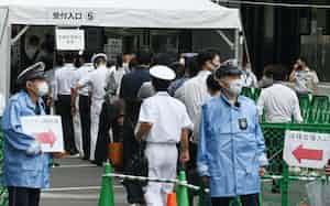 大規模接種センターでの自衛官や警察官らへの接種が始まり「危機管理要員専用」の列に並ぶ人たち(14日、東京・大手町)