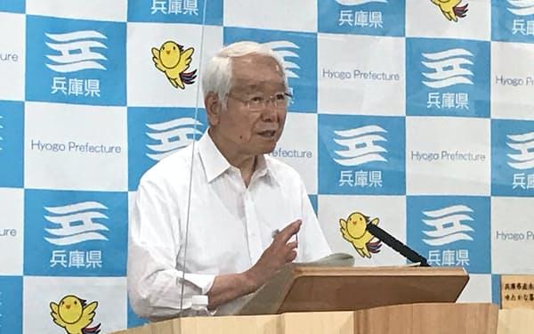 記者会見する井戸敏三知事(14日、神戸市)
