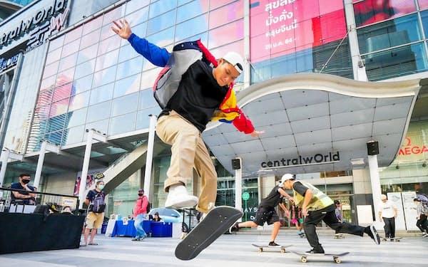 商業施設は相次いでスケボーやサーフスケートの専用スペースを開放(2月、バンコク)