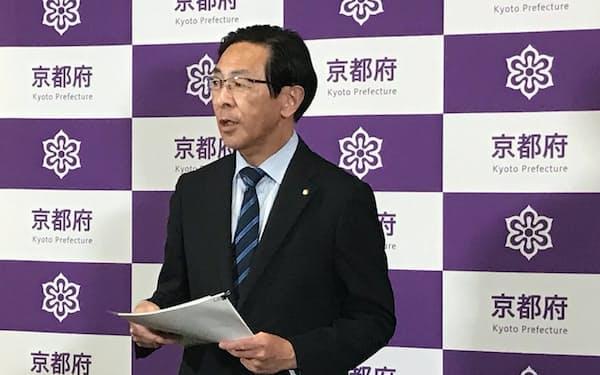記者団の取材に応じる京都府の西脇隆俊知事(14日、京都府庁)