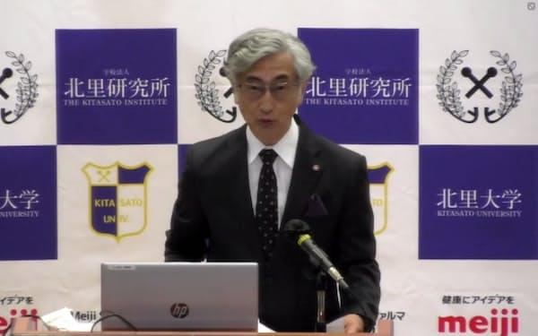 オンラインで会見する北里研究所の小林弘祐理事長(14日)