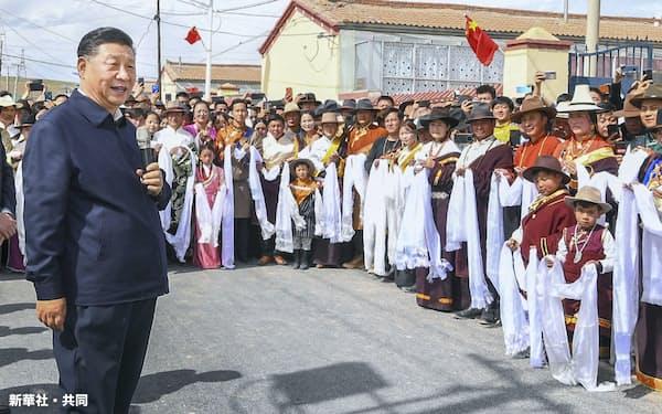 中国青海省でチベット族の住民を前に話す中国の習近平国家主席(6月上旬)=新華社・共同
