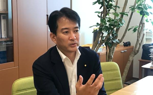 インタビューに答える柳ケ瀬裕文・東京維新の会代表