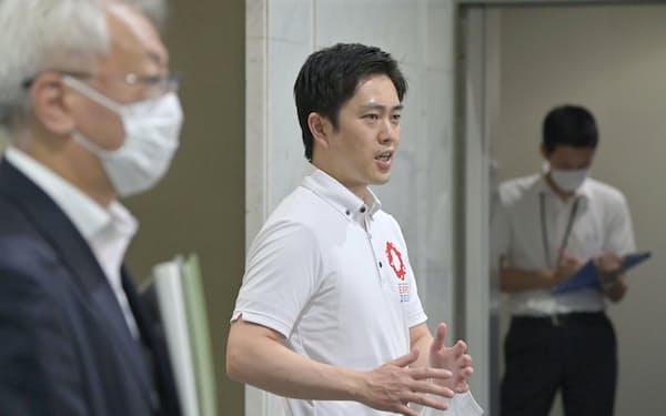 大阪府が設置する新型コロナウイルスワクチンの大規模接種会場の視察を終え記者の質問に答える吉村知事(14日、大阪市中央区のマイドームおおさか)