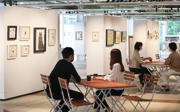 併設しているカフェのドリンクを片手に絵画を鑑賞できるWHAT CAFE(東京都品川区)