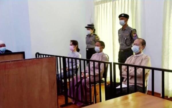 ネピドーで公判に出廷したスーチー氏㊧(5月24日)=MRTV・ロイター