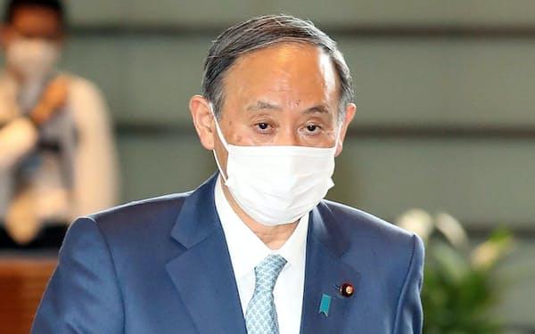 G7サミットから帰国し、首相官邸に入る菅首相(14日)