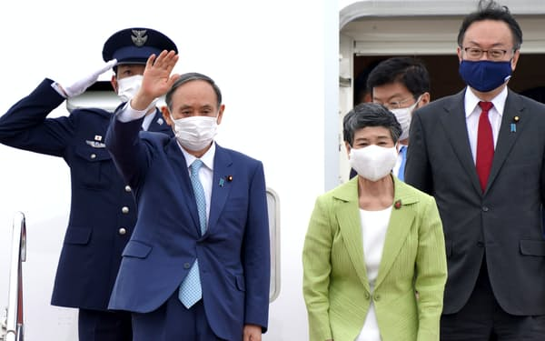 G7サミットを終え、帰国した菅首相(14日、羽田空港)