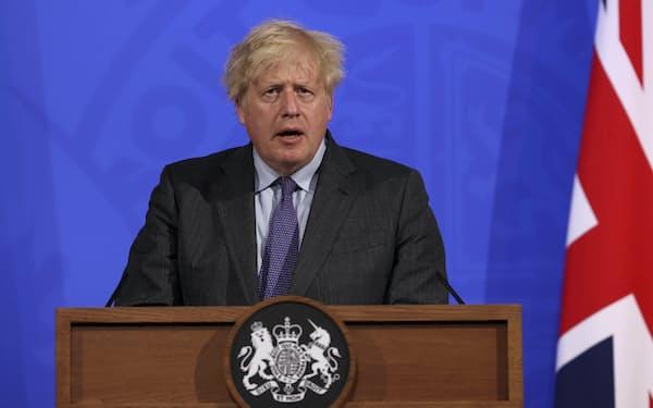 首相官邸で記者会見するジョンソン首相(14日、ロンドン)=AP