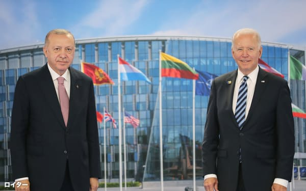 14日、NATO首脳会議の会場で会談したトルコのエルドアン大統領㊧とバイデン米大統領(ブリュッセル)=ロイター