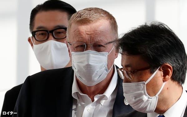 羽田空港に到着したIOCのコーツ調整委員長㊥(15日午前)=ロイター