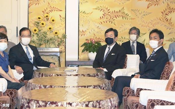 会談に臨む(左手前から)社民党の福島党首、共産党の志位委員長、立憲民主党の枝野代表、(1人置いて)国民民主党の玉木代表ら野党4党首(14日)=共同