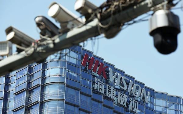 中国杭州市の杭州海康威視数字技術(ハイクビジョン)本社の近くに設置された監視カメラ=ロイター