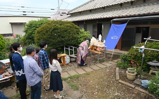長年住み慣れた家に別れを告げる「棟下式」を開いた家族(5月29日、さいたま市見沼区)=森山有紗撮影