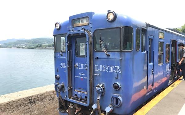 千綿駅(長崎県東彼杵町)に停車するキハ66・67形(14日)
