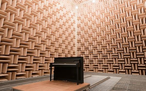 音の響かない試験室で生の音を確認し、何度も改善を重ねる(ヤマハの無響室)