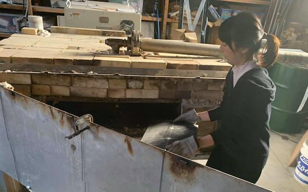 太陽光パネルの小片を熱分解炉に入れて加熱処理する