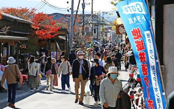 GoToトラベルは一時的に旅行需要を支えた(由布院温泉街を散策する観光客、2020年11月)
