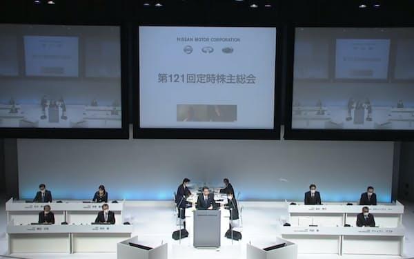 2020年6月、ライブ中継された株主総会で発言する日産自動車の内田誠社長(中央)